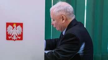 PiS-Chef Jaroslaw Kaczynski bei der Stimmabgabe in einem Wahllokal in Gnesen.