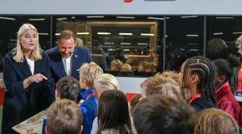 Haakon, Kronprinz von Norwegen, und Kronprinzessin Mette-Marit auf dem Berliner Hauptbahnhof.