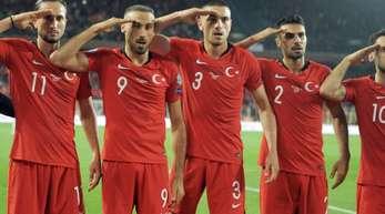 Jubel mit Folgen: Die Türkei-Spieler beim Sieg gegen Albanien.