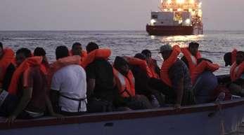 Bereits im September wurden 36 Menschen aus einem kleinen Holzboot gerettet, nachdem die «Ocean Viking» von den maltesischen Behörden dazu aufgefordert worden war.