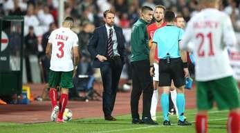 Coach Gareth Southgate (l) und Harry Kane (M) besprechen sich wegen rassistische Gesänge mit dem Schiedsrichter.