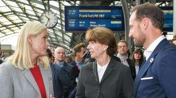 Kölns Oberbürgermeisterin Henriette Reker verabschiedet das norwegische Kronprinzenpaar.