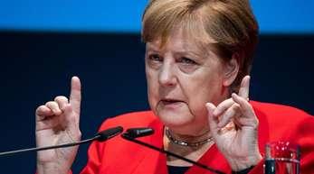 Bundeskanzlerin Angela Merkel (CDU) spricht beim 11. Deutschen Maschinenbau-Gipfel des Verbandes Deutscher Maschinen- und Anlagenbau (VDMA).