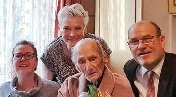 Gustav Gerneth (M) feiert mit Familienangehörigen und Havelbergs Bürgermeister Bernd Poloski seinen 114. Geburtstag.