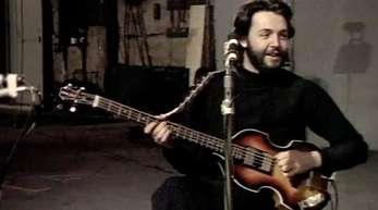 Das Foto aus dem Januar 1969 zeigt den Musiker Paul McCartney mit seiner später verlorenen Bass-Gitarre.