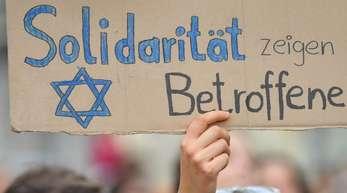 Auf einer Demonstration in Halle wird nach dem rechtsextremen Anschlag Solidarität gezeigt.