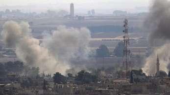 Rauch steigt über der syrischen Stadt Ras al-Rain auf, die zuvor durch die türkischen Streitkräfte bombardiert wurde.