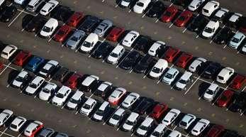 Neuwagen stehen auf einem Verladeplatz nahe Michendorf in Brandenburg. Zulieferer Brose leidet unter dem rückläufigem Automarkt.