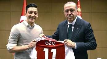 Dieses Foto war der Auslöser des heftigen Konflikts:Mesut Özil mit dem türkischen Präsidenten Recep Tayyip Erdogan.