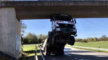 Spektakulärer Lkw-Unfall eines 80-Jährigen in Oberbayern.