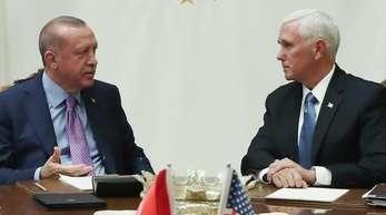 US-Vizepräsident Mike Pence (r) spricht mit dem türkischen Präsidenten Recep Tayyip Erdogan.