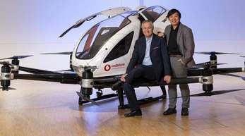 Vodafones Deutschlandchef Hannes Ametsreiter (l) und Hu Huazhi, Gründer und CEO von EHang, vor einem Flugtaxi des chinesischenUnternehmens.