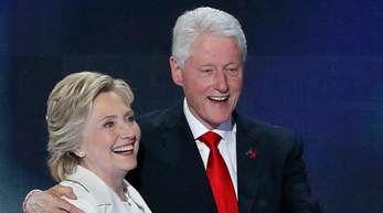 Hillary Clinton und Ehemann Bill Clinton 2016 in Philadelphia.