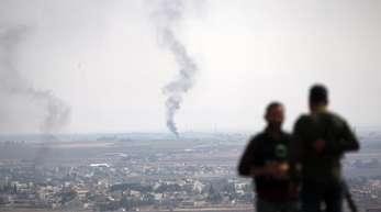 TV-Journalisten beobachten von einer Anhöhe auf der türkischen Seite der Grenze aus Rauch über dem nordsyrischen Ras al-Ayn.