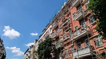 Sanierte und zum Teil eingerüstete Wohnhäuser im Berliner Prenzlauer Berg. Der geplante Berliner Mietendeckel lässt sich laut Städtetagspräsident Burkhard Jung nicht auf andere Großstädte kopieren.