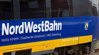 Ein Triebwagen der NordWestBahn steht auf dem Hauptbahnhof in Münster vor einer Lok der Deutschen Bahn.