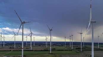 In den ersten neun Monaten dieses Jahres sind nach Zahlen der Fachagentur Windenergie erst 147 neue Windräder mit einer Gesamtleistung von rund 504 Megawatt ans Stromnetz angeschlossen worden.