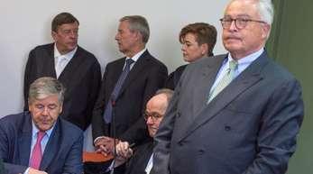 Der ehemalige Vorstandsvorsitzende der Deutschen Bank, Josef Ackermann (l, sitzend), sein Anwalt Eberhard Kempf (M, sitzend), der amtierende Co-Vorstandsvorsitzende der Deutschen Bank, Jürgen Fitschen (hinten, M), mit seinen Anwälten Hanns Feigen (l) un