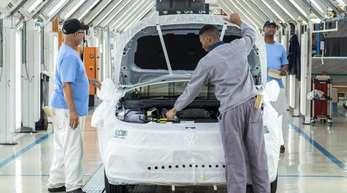 Mitarbeiter des Fahrzeugherstellers VW montieren im Werk Uitenhage in Südafrika einen Pkw. Der Konzern plant gemeinsam mit anderen Unternehmen über «Leuchtturm-Projekte» in Ländern wie Ruanda, Ghana, Kenia und anderen eine verzahnte Automobilindustri