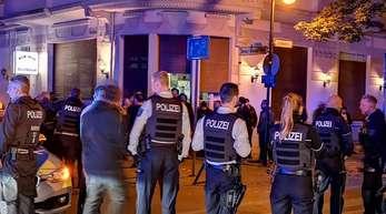 Polizisten stehen am Abend in der Innenstadt von Herne.