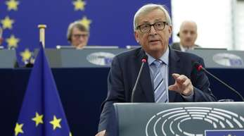 Jean-Claude Juncker, Präsident der Europäischen Kommission, gestikuliert während er im Europäischen Parlament spricht.