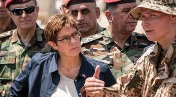 Irak-Besuch: Verteidigungsministerin Annegret Kramp-Karrenbauer spricht in Bnaslawa mit einem Soldaten der Bundeswehr, der die Ausbildung kurdischer Peschmerga im nordirakischen Kurdengebiet unterstüzt.