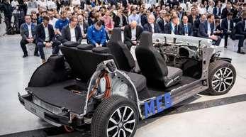 Der Modulare Elektrobaukasten (MEB) von VW wird bei der Eröffnung der neuen Batteriesystem-Fertigung präsentiert.