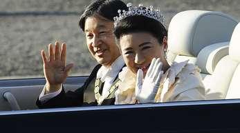 Kaiser Naruhito und Kaiserin Masako bei der Parade zur Inthronisation.