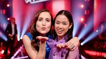 Sängerin Alice Merton (l) mit der Siegerin Claudia Emmanuela Santoso beim Finale der Castingshow «The Voice of Germany».