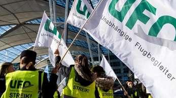 Flugbegleiter haben sich bei einem Streik zu einer Kundgebung vor dem Terminal am Münchner Flughafen versammelt.