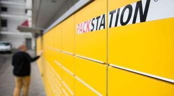 Ein Mann an einer DHL-Packstation. Die Paketgeschäfte der DeutschenPost wachsen weiter.