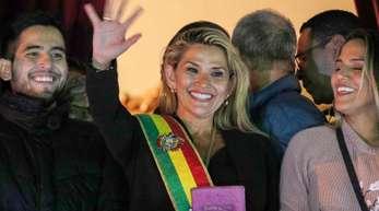 Nach dem Rücktritt von Boliviens Staatschef Evo Morales hat sich die Senatorin Jeanine Añez zur Interimspräsidentin erklärt.