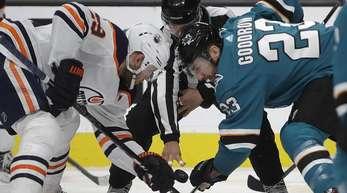 Leon Draisaitl (l) von den Edmonton Oilers beim Bully.