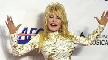 Dolly Parton hat den praktischen Nutzen von Tattoos entdeckt.