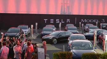 Erste Exemplare des günstigeren Tesla Model 3 auf dem Fabrikgelände in Fremont, Kalifornien.