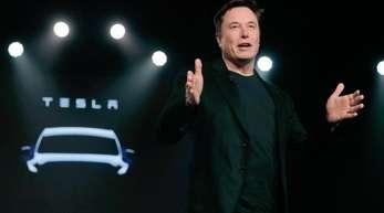 Teslas CEO Elon Musk spricht vor der Enthüllung des Teslas Modell Y in Teslas Designstudio in Hawthorne, Kalifornien.
