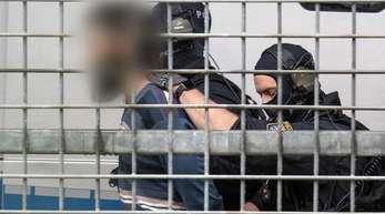 Vermummte Beamte einer Spezialeinheit der Polizei bringen den terrorverdächtigen Mann zur Haftvorführung am Gericht.