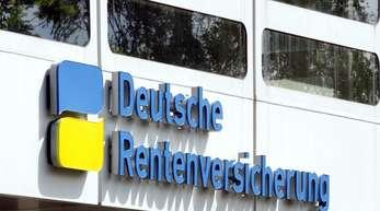 Der Eingang zur Deutschen Rentenversicherung am Hohenzollerndamm in Berlin.