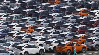 Autos stehen vor ihrer Verschiffung am Hafen von Kawasaki.
