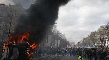 Ein Kiosk steht bei «Gelbwesten»-Protesten auf den Champs-Elysées in Flammen.