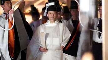 Japans Kaiser Naruhito (M) geht in Richtung Sukiden, eine von zwei Haupthallen am Schrein für Daijosai.