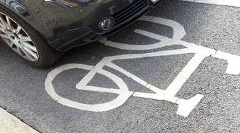 Ein Autofahrer hat sein Fahrzeug auf einem Fahrradweg abgestellt.