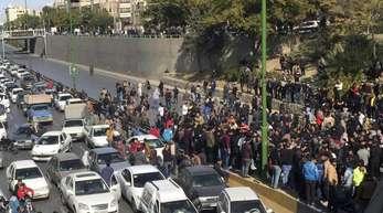 Demonnstranten blockieren eine Straße in Isfahan: Im Iran sind Tausende Menschen gegen die Rationierung und Verteuerung von Benzin auf die Straße gegangen.