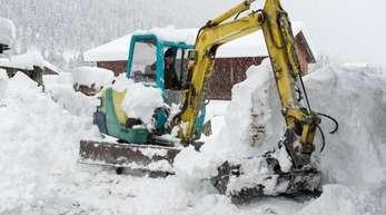 Schneeräumung in Kals am Großglockner: In Österreich wächst aufgrund der starken Regen- und Schneefälle die Sorge vor gefährlichen Hangrutschungen auch in Wohngebieten.