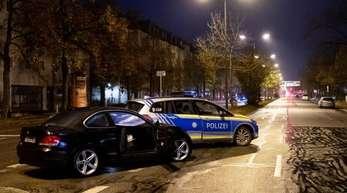 Unfallort in München: Auf der Flucht vor der Polizei missachtet ein Autofahrer mehrere rote Ampeln und rast in eine Gruppe Jugendlicher.