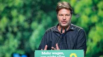 Robert Habeck spricht beim Bundesparteitag der Grünen in Bielefeld.
