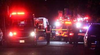 Einsatzfahrzeuge von Polizei und Feuerwehr am Tatort in Fresno.