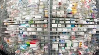Medikamente liegen in den Regalen einer Apotheke. Lieferengpässe kommen immer öfter vor.