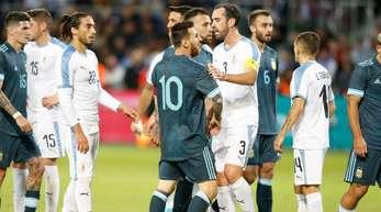 Argentiniens Superstar Lionel Messi (M) diskutiert mit Uruguays Diego Godin.