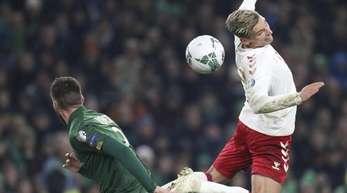Dänemarks Jens Styger-Larsen (r) und der Ire Edna Stevens kämpfen um den Ball.